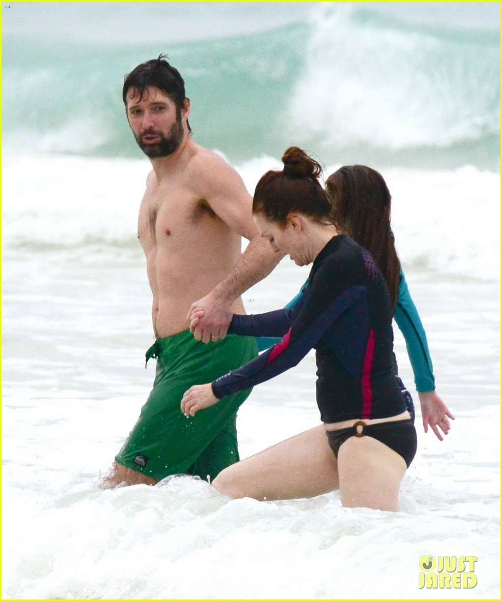 julianne moore family beach day in mexico 01