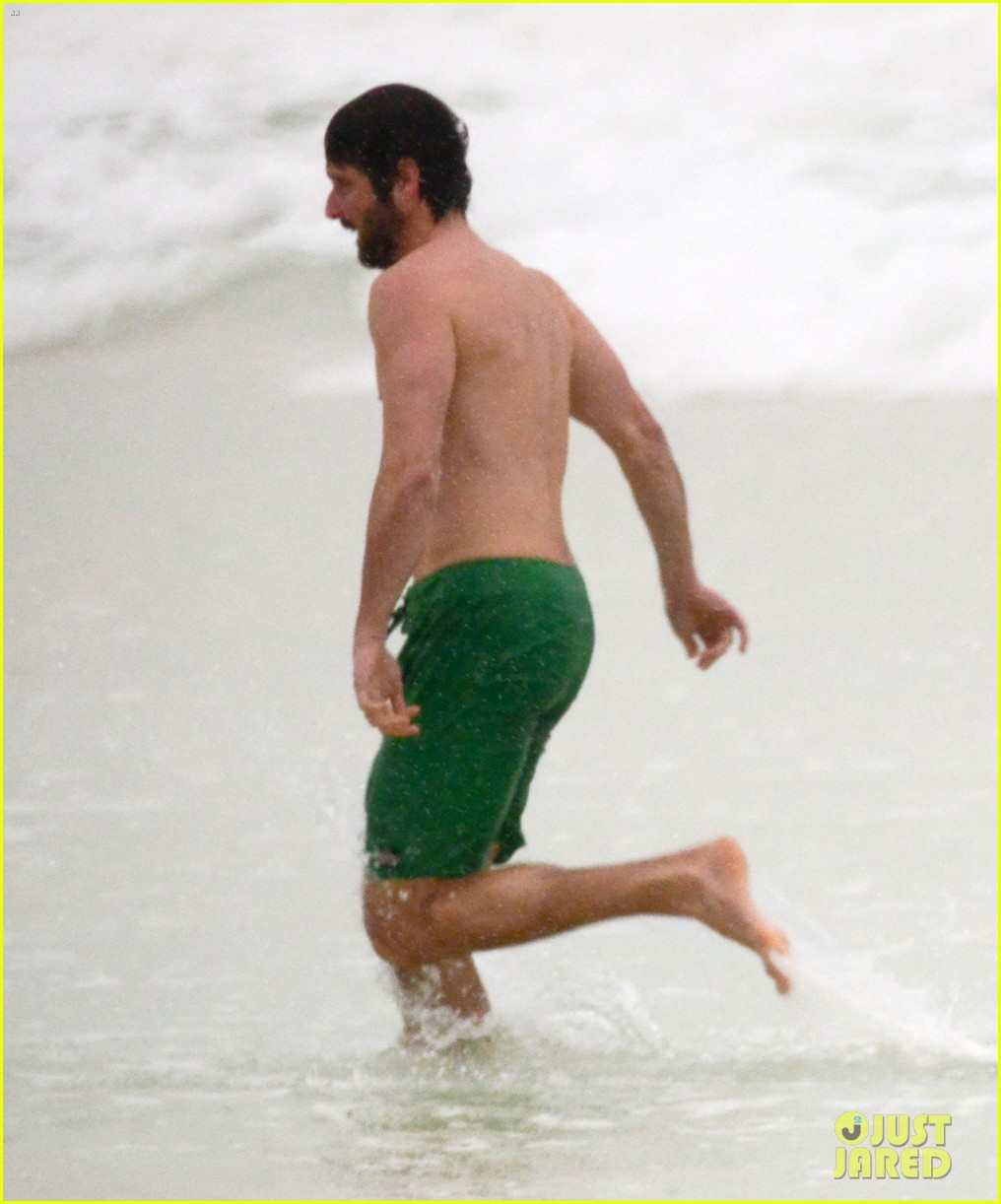 julianne moore family beach day in mexico 15