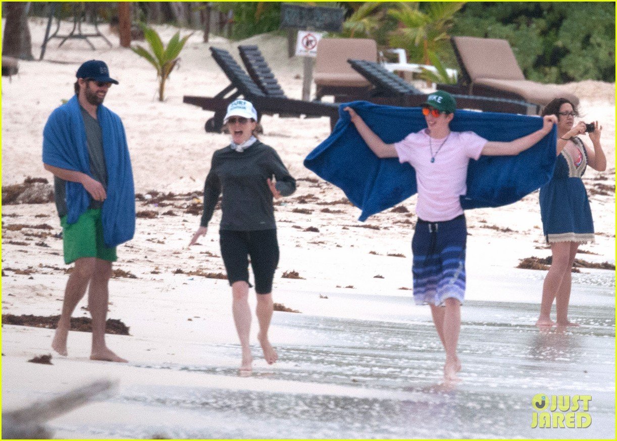 julianne moore family beach day in mexico 20