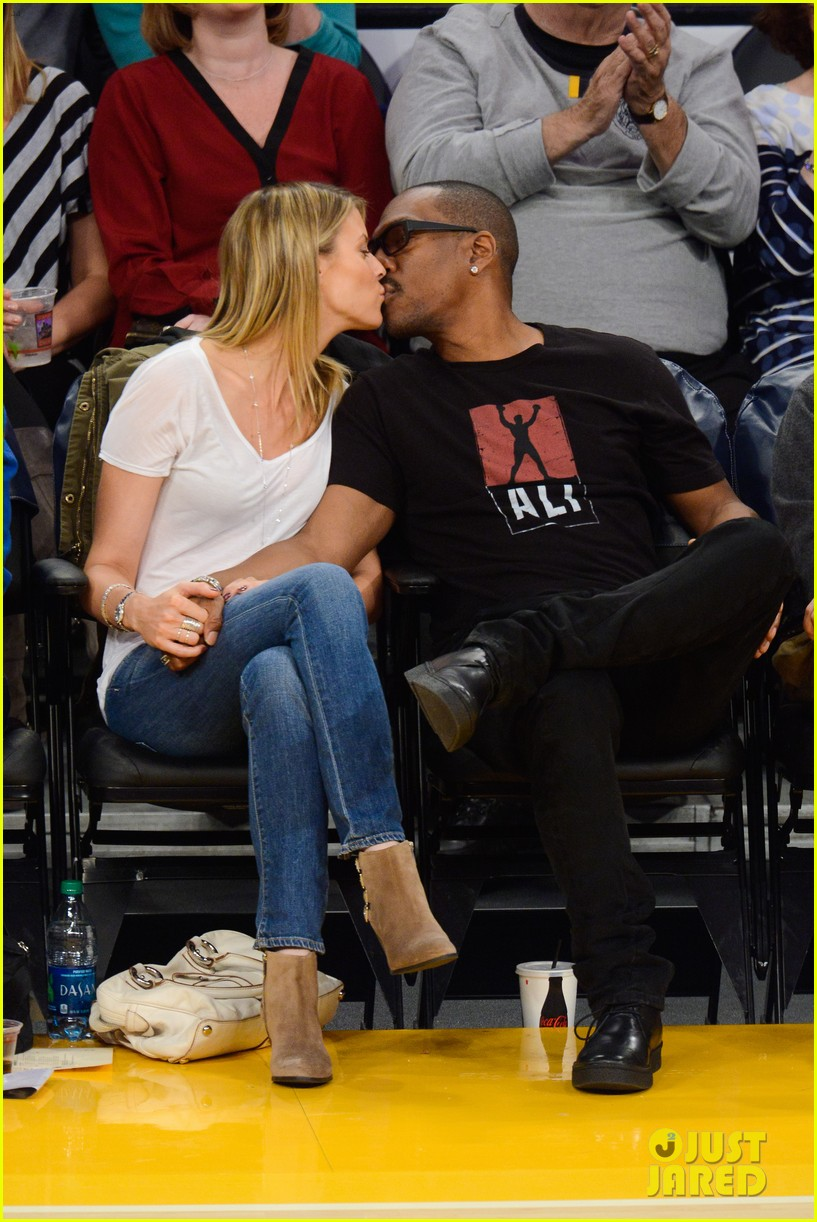eddie murphy paige butcher lakers game kiss 013023577