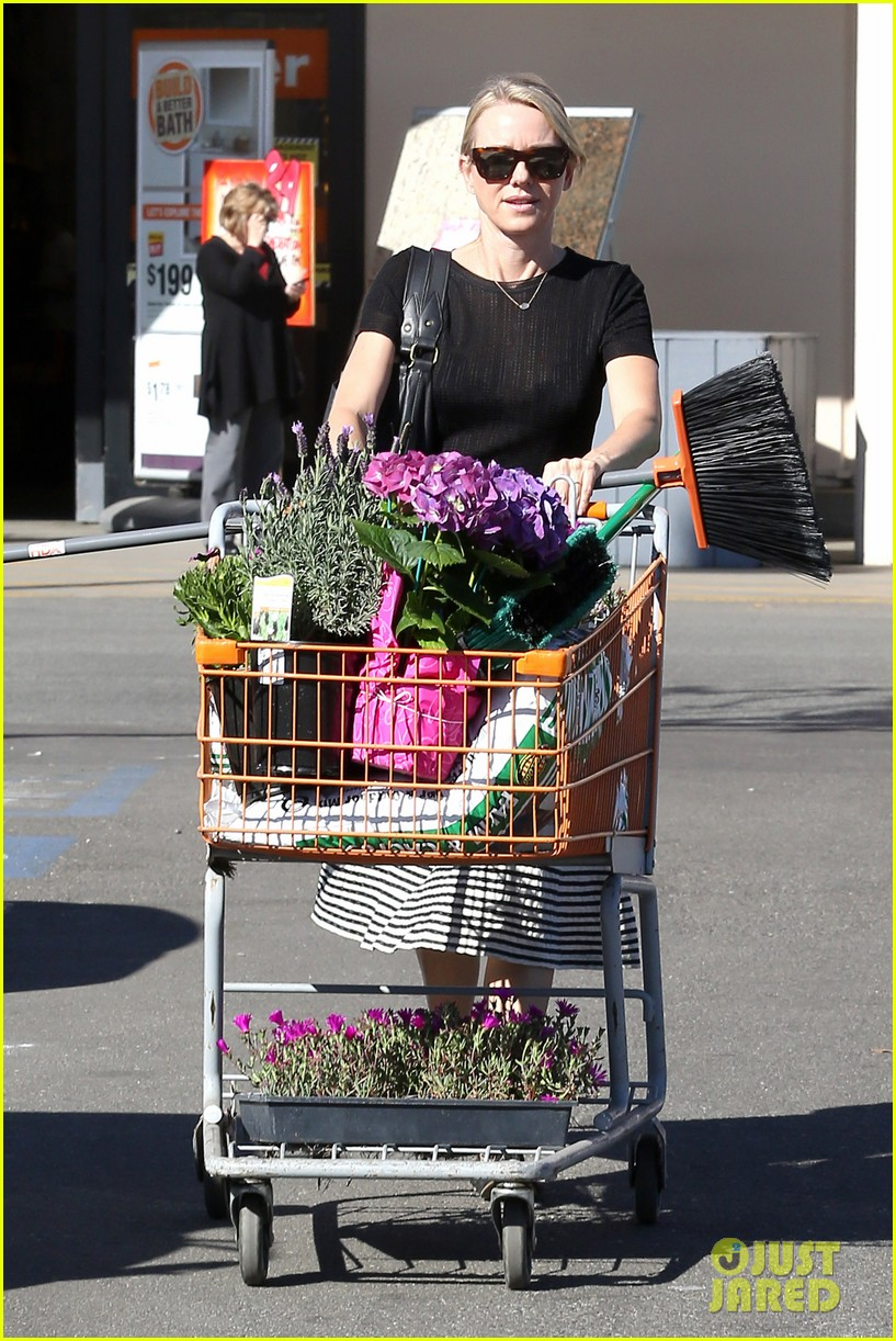 naomi watts landscaping lady in culver city 013035609