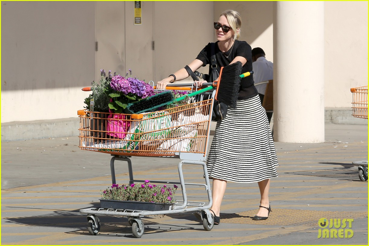 naomi watts landscaping lady in culver city 113035619