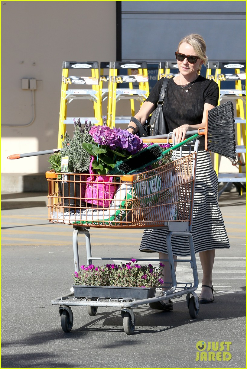 naomi watts landscaping lady in culver city 123035620