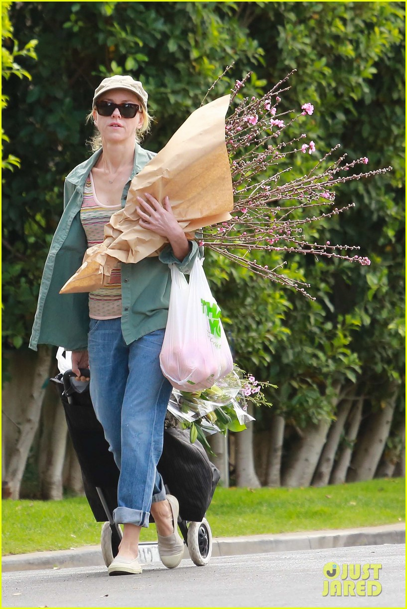 naomi watts landscaping lady in culver city 253035633