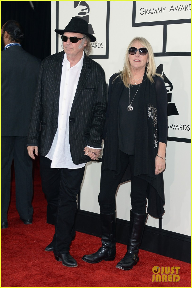 neil young willie nelson grammys 2014 red carpet 023040965