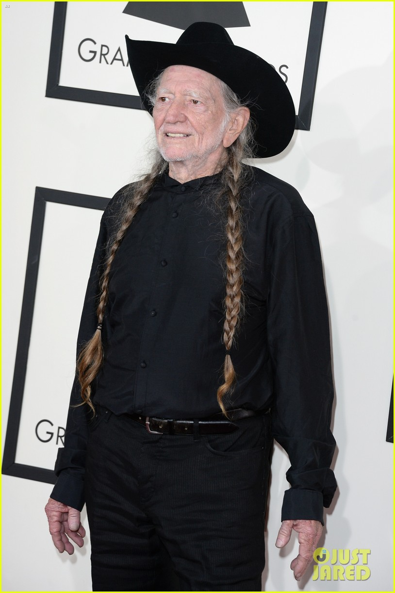 neil young willie nelson grammys 2014 red carpet 033040966