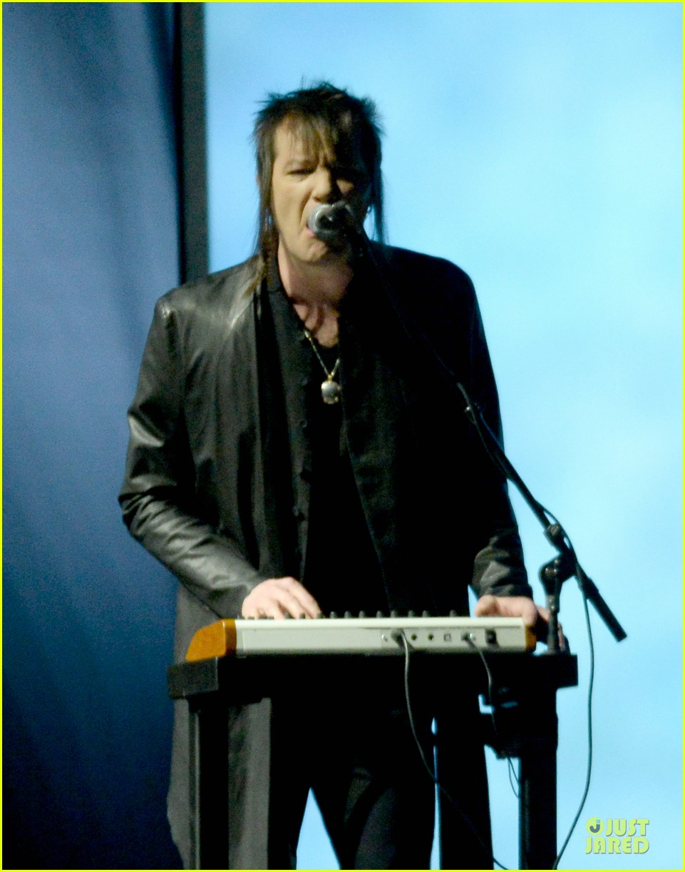 nine inch nails queens of stone age perform at grammys 2014 video 02