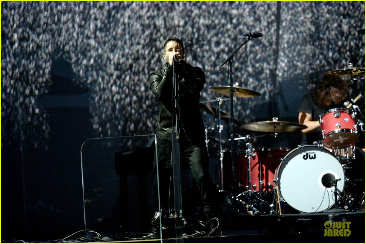 nine inch nails queens of stone age perform at grammys 2014 video 06