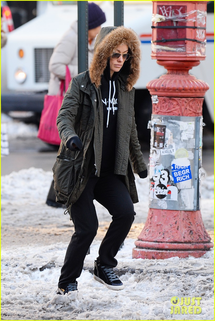 olivia wilde jason sudeikis snowy nyc coffee couple 103023025
