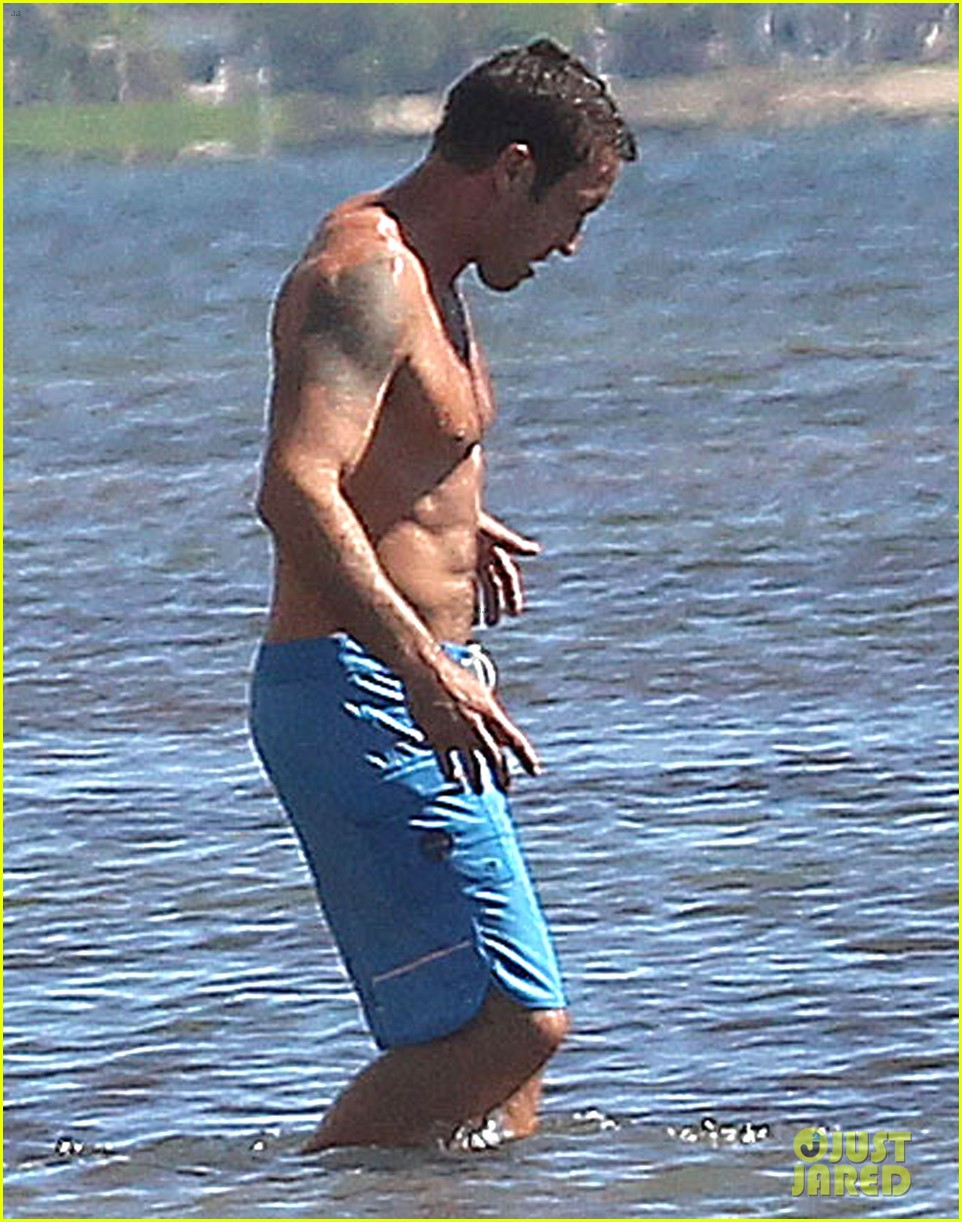 alex oloughlin bares hot shirtless bod on hawaii five 0 set 113036817