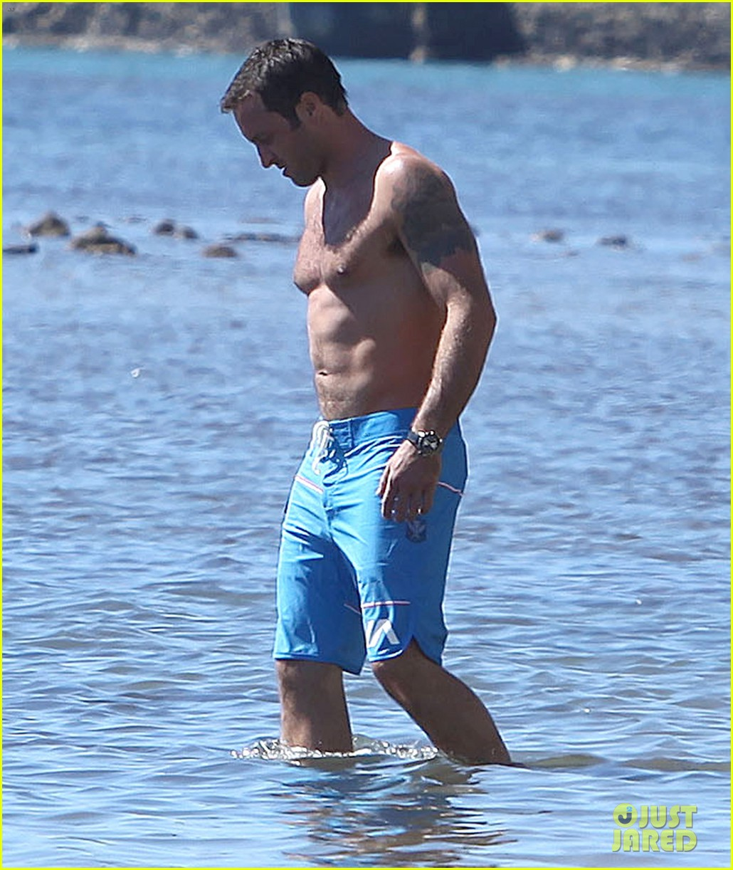 alex oloughlin bares hot shirtless bod on hawaii five 0 set 133036819