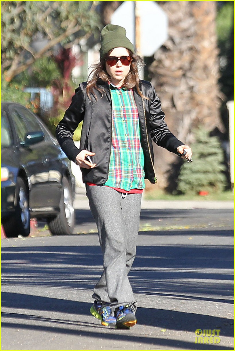 ellen page car fixing gal after gym workout 023024018