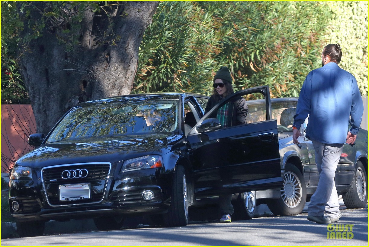 ellen page car fixing gal after gym workout 043024020