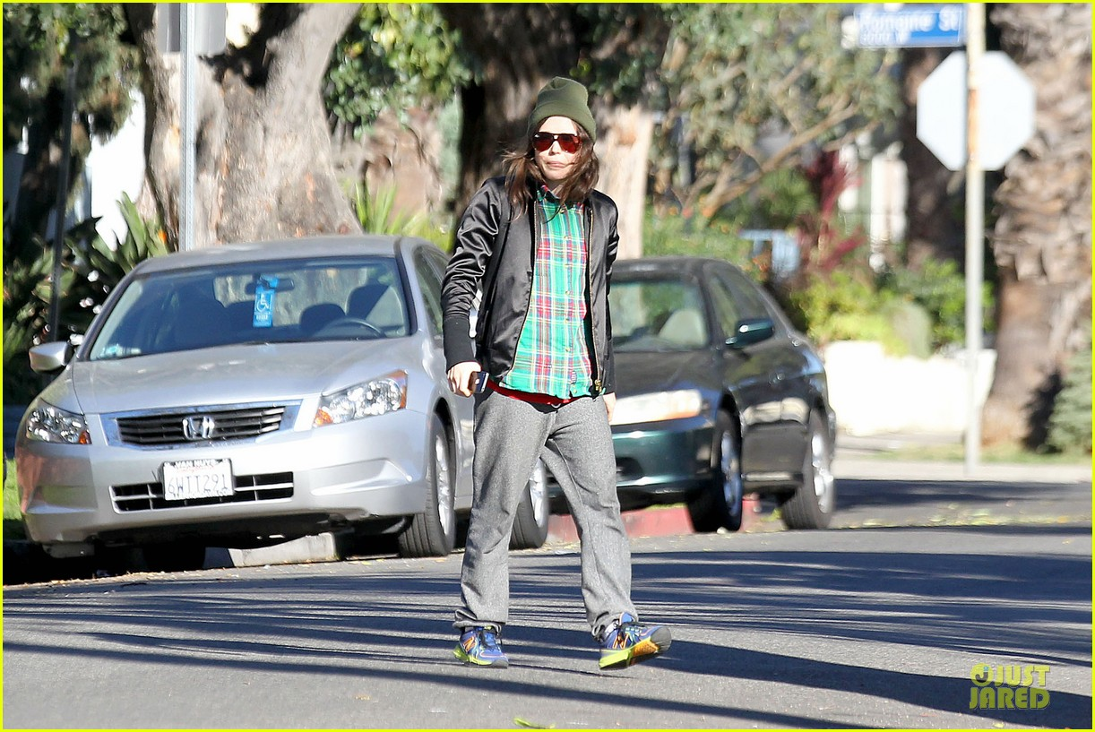 ellen page car fixing gal after gym workout 103024026