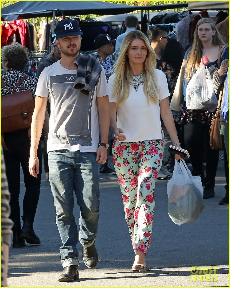 aaron paul wife lauren kiss cuddle at the flea market 033023798