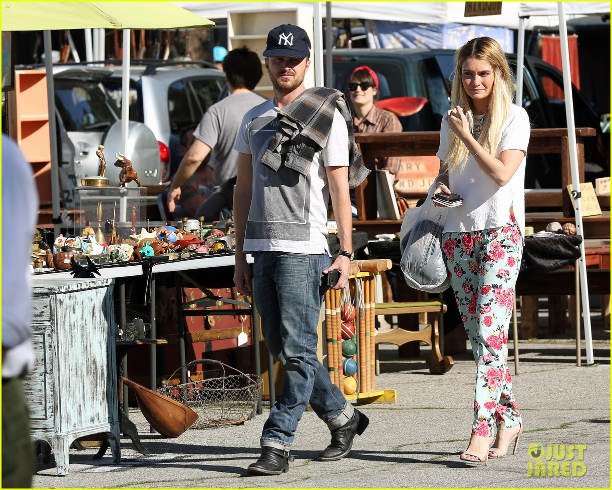aaron paul wife lauren kiss cuddle at the flea market 04