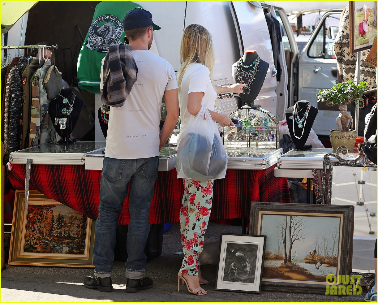 aaron paul wife lauren kiss cuddle at the flea market 113023806