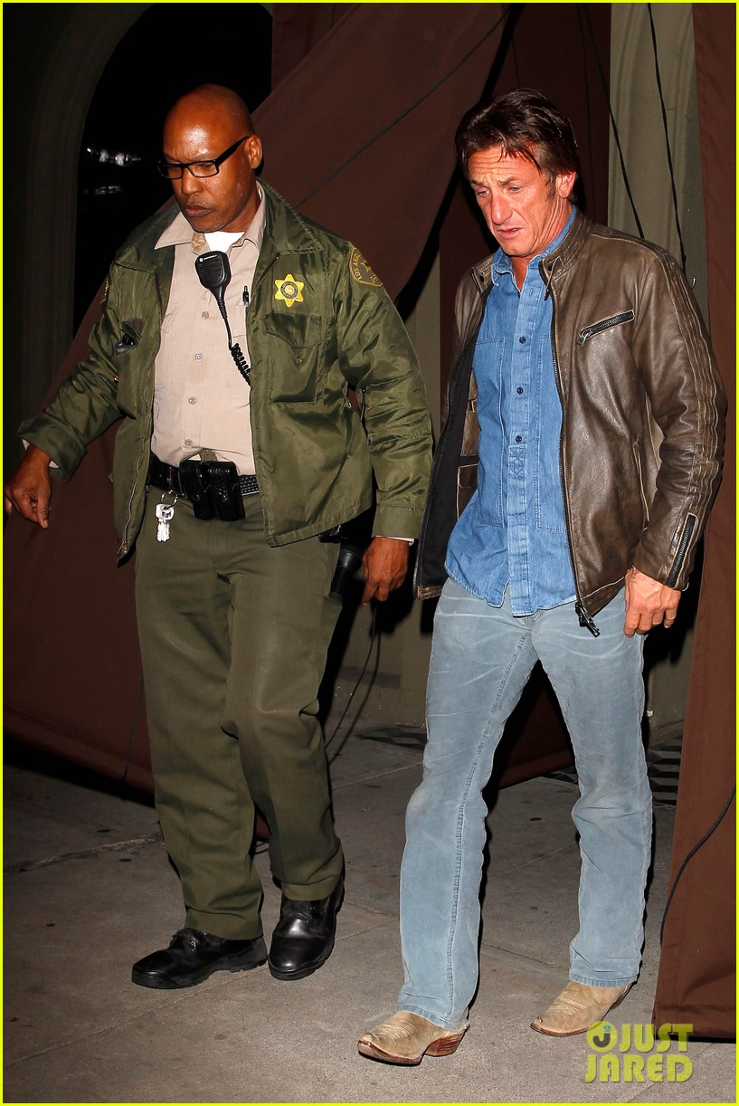 sean penn gets police escort out of solo dinner 013024469