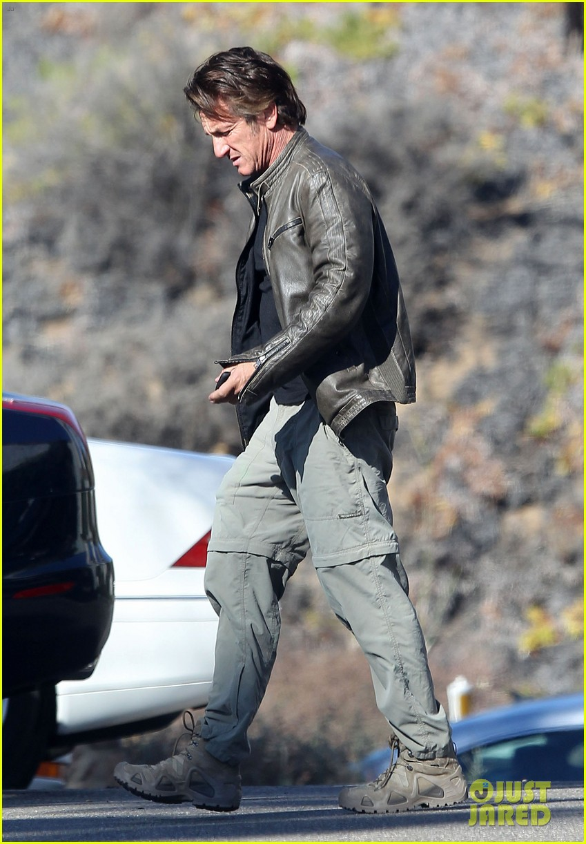 sean penn steps out after hawaii trip with charlize theron 013021669