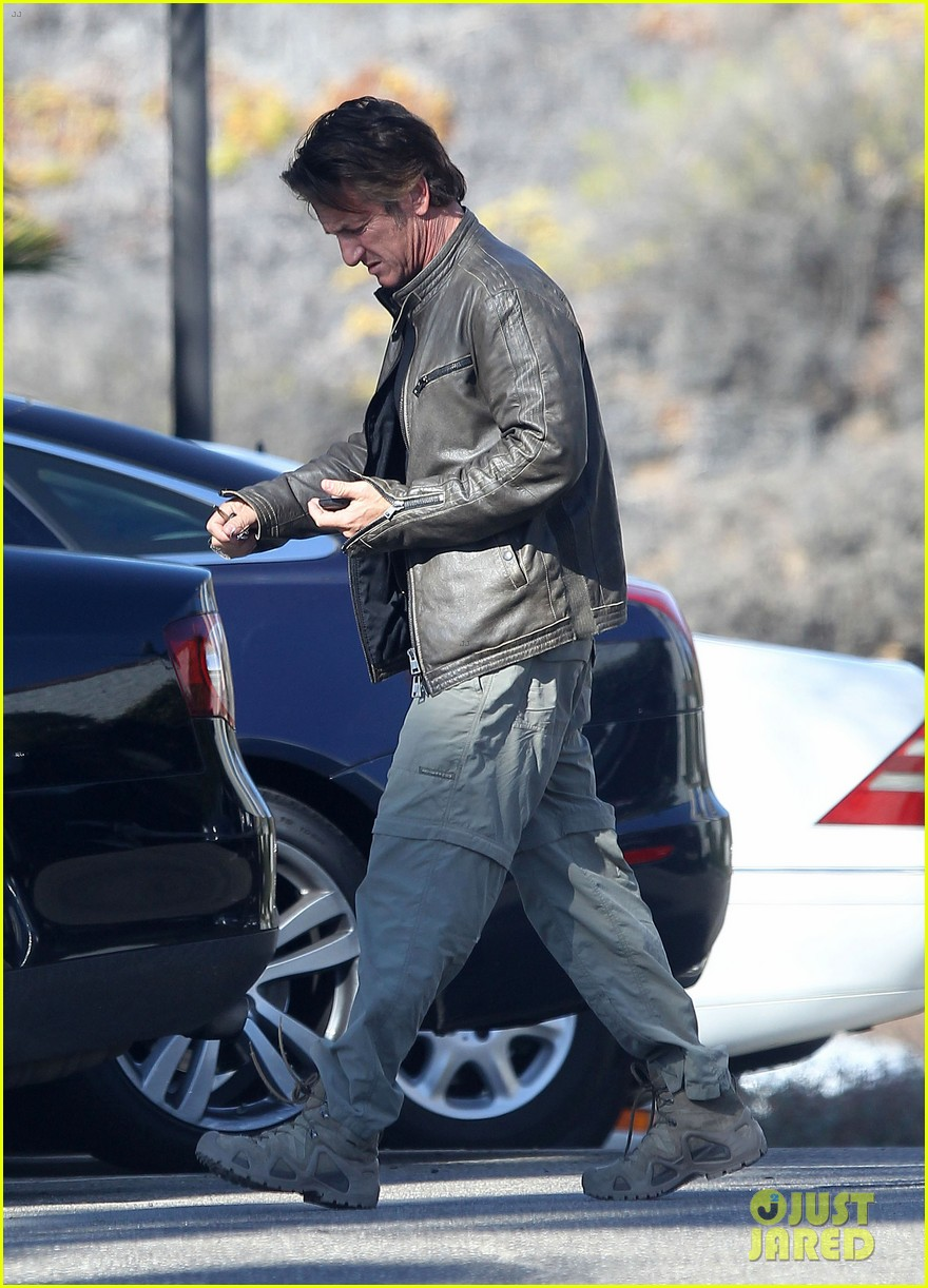sean penn steps out after hawaii trip with charlize theron 073021675