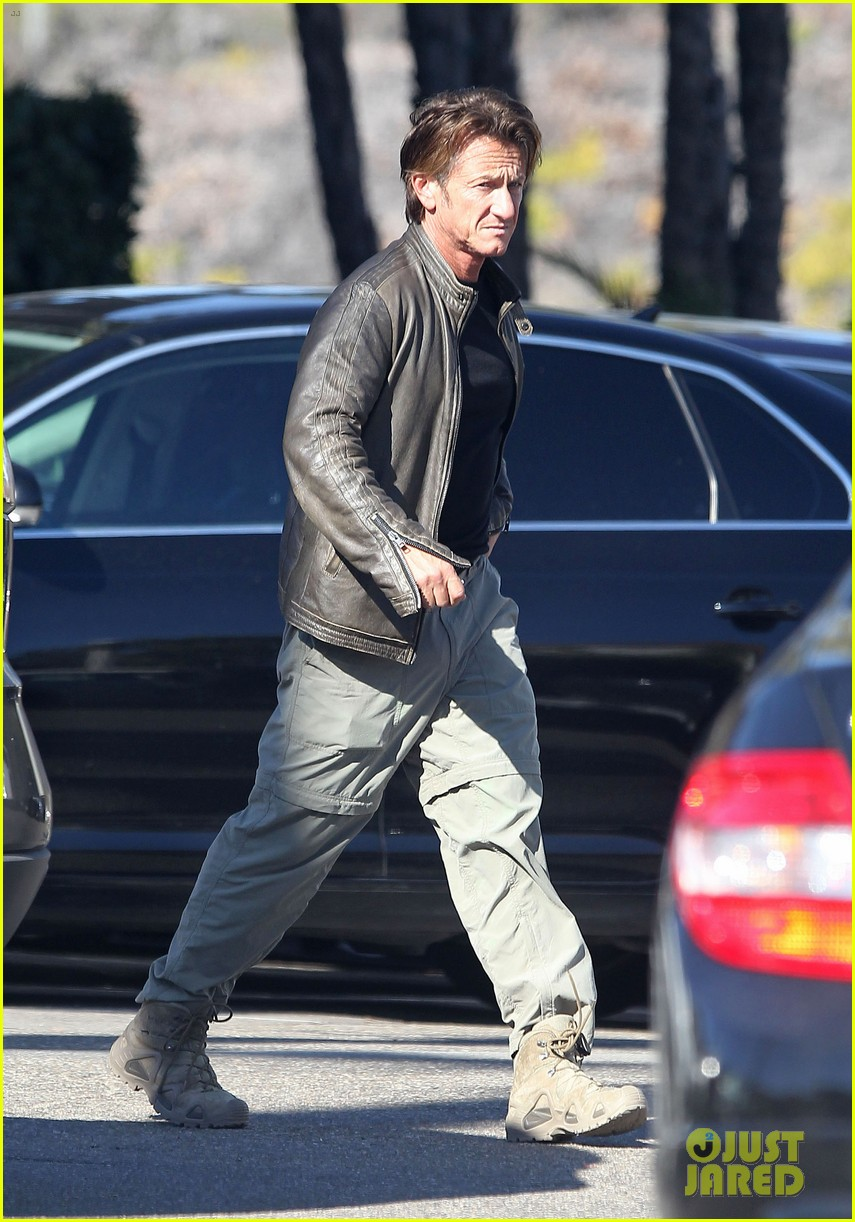 sean penn steps out after hawaii trip with charlize theron 083021676