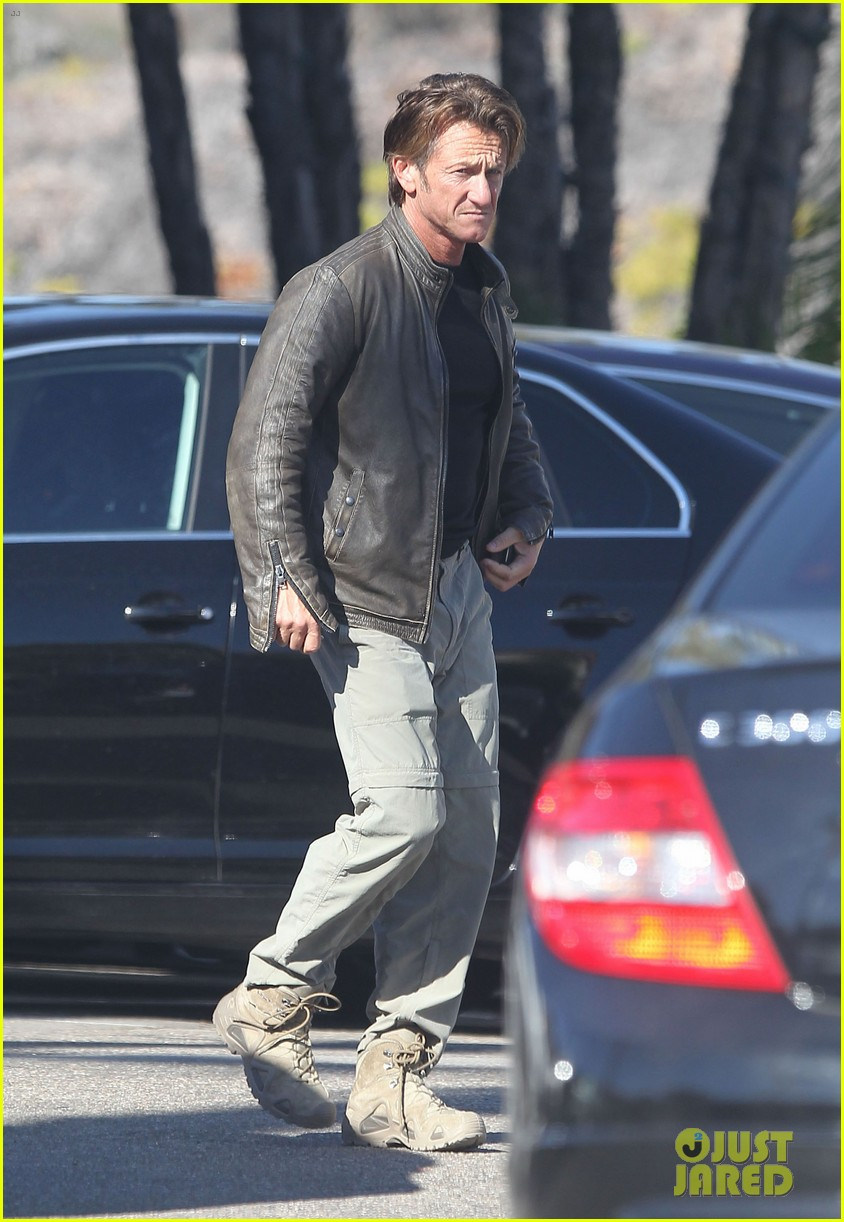 sean penn steps out after hawaii trip with charlize theron 09