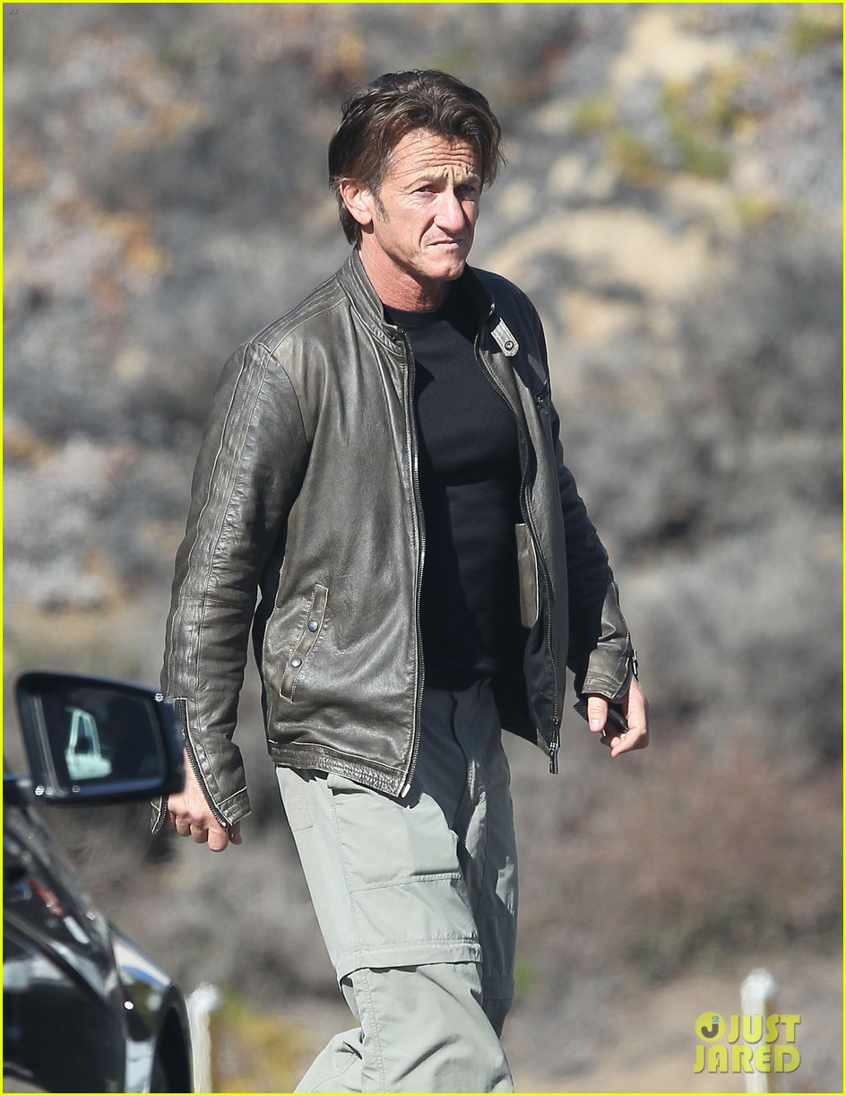 sean penn steps out after hawaii trip with charlize theron 103021678