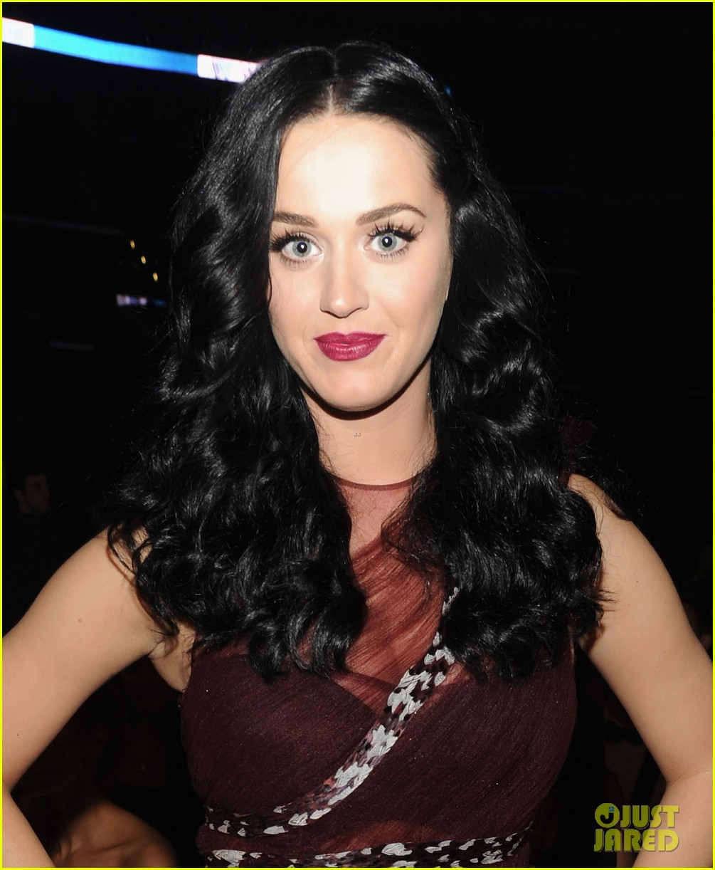 katy perry changes into maroon dress for third grammys look 043041612