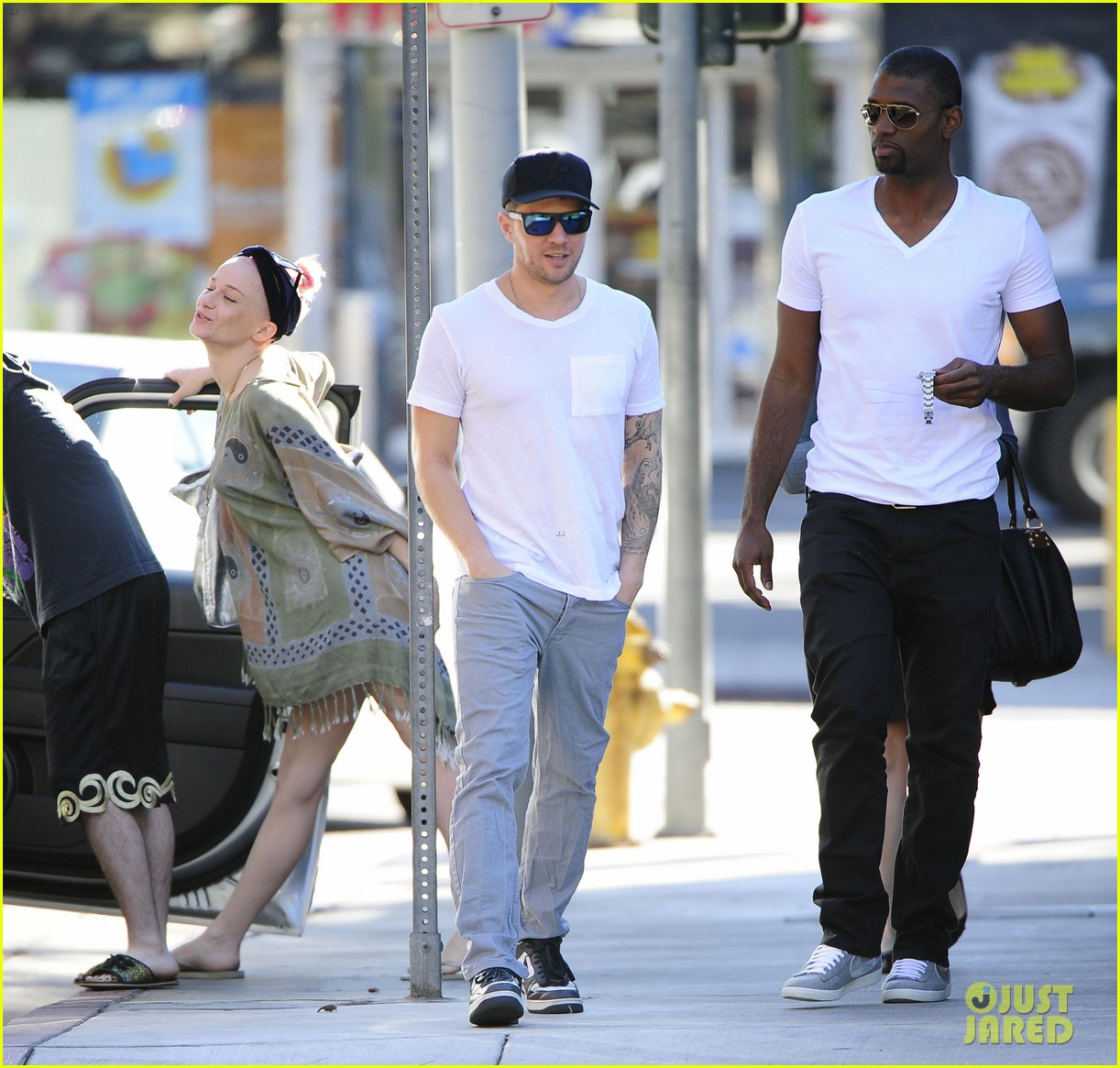ryan phillippe hilariously photobombed by random woman on sidewalk 173033410