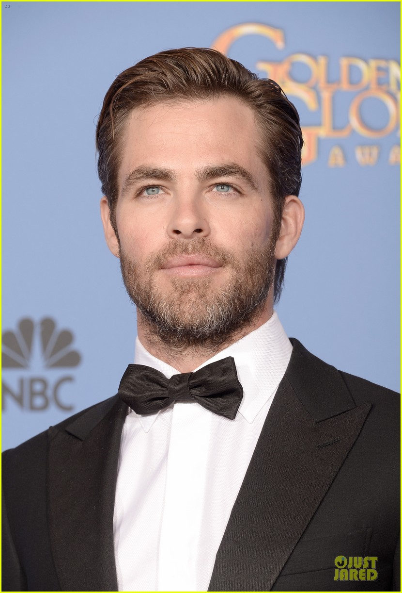 chris pine golden globes 2014 red carpet 083029632