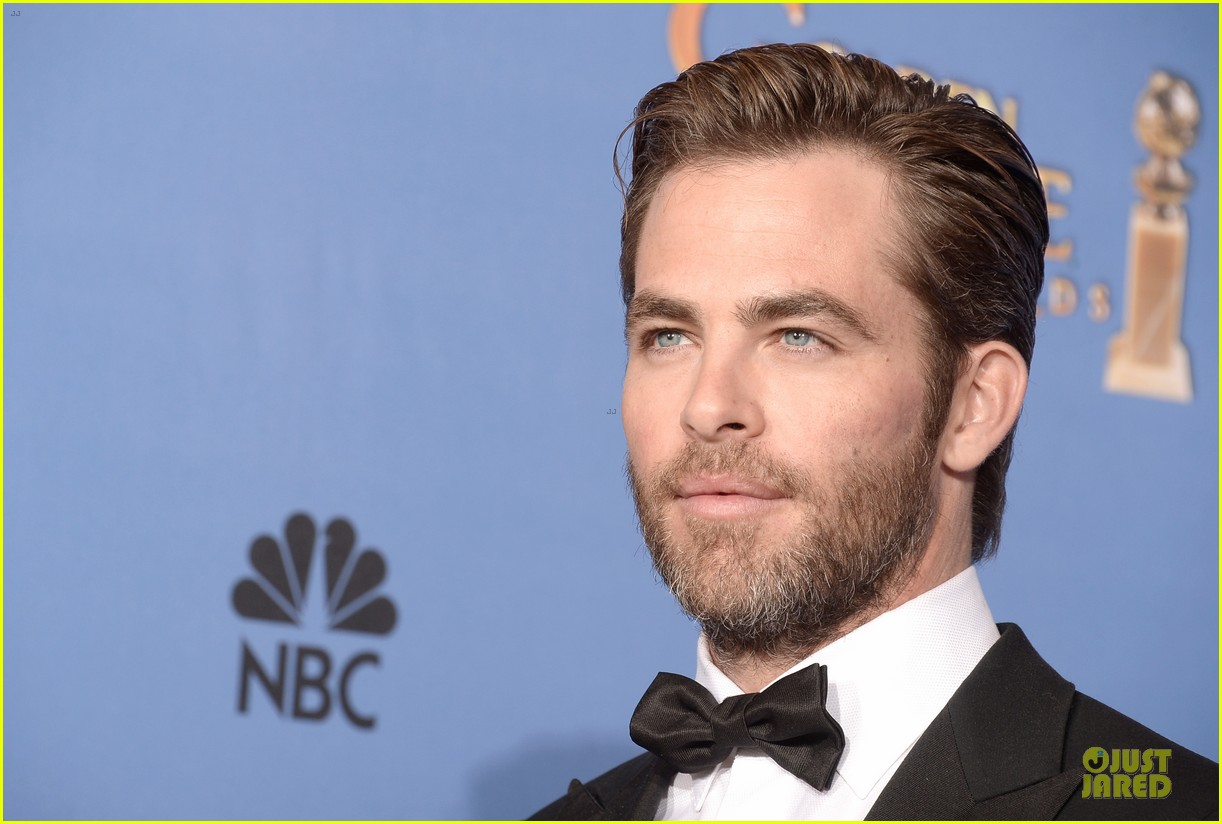 chris pine golden globes 2014 red carpet 093029633