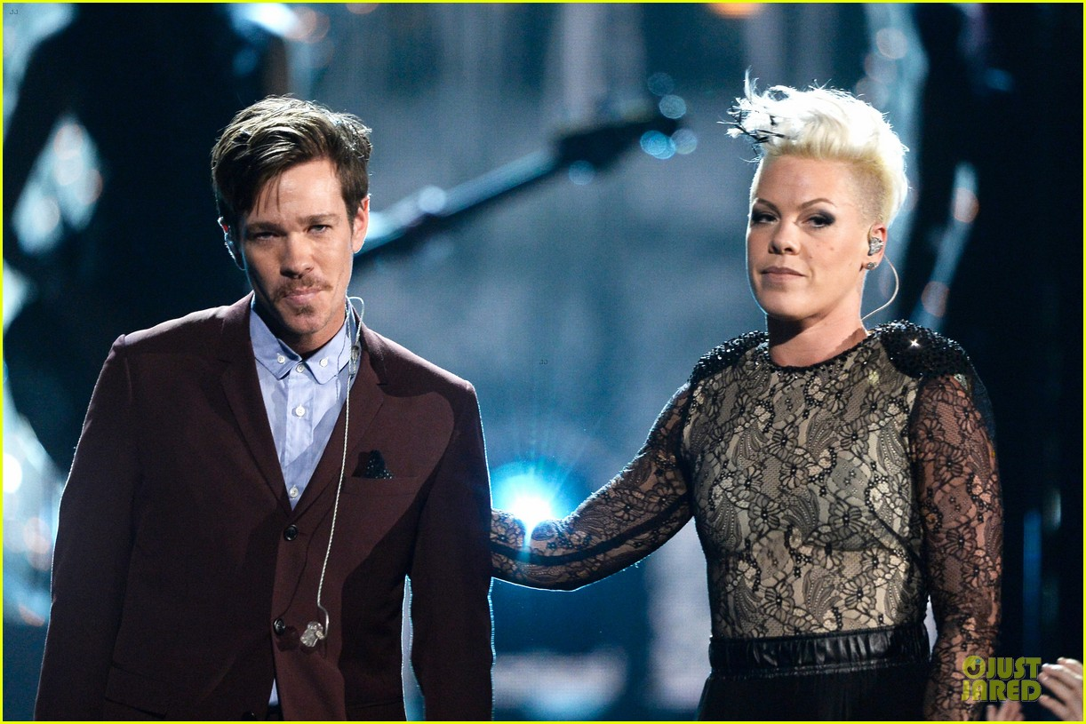 pink nate ruess performs give me a reason at grammys 2014 video 133041390