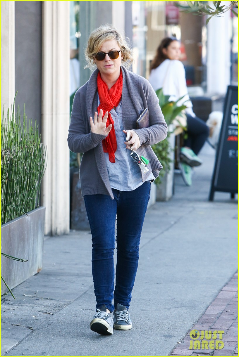 amy poehler abel holds flower for his mom 033023513