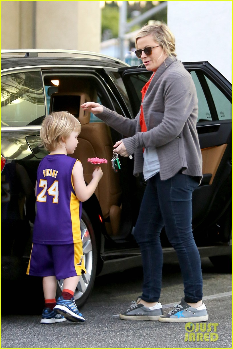 amy poehler abel holds flower for his mom 083023518