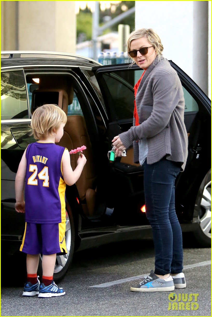 amy poehler abel holds flower for his mom 093023519