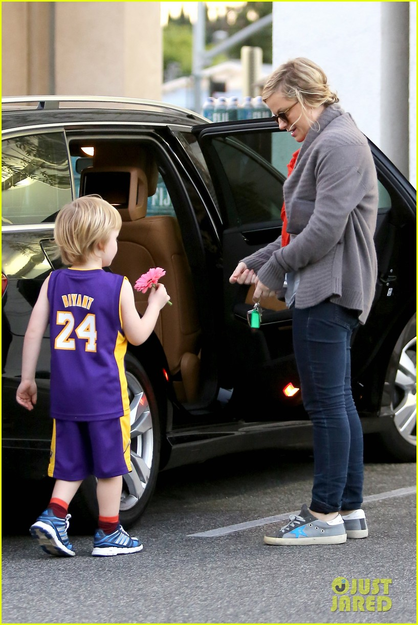 amy poehler abel holds flower for his mom 123023522