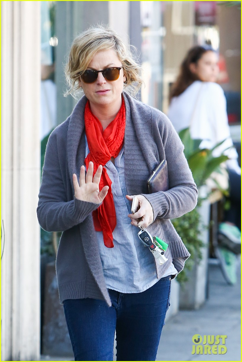 amy poehler abel holds flower for his mom 163023526