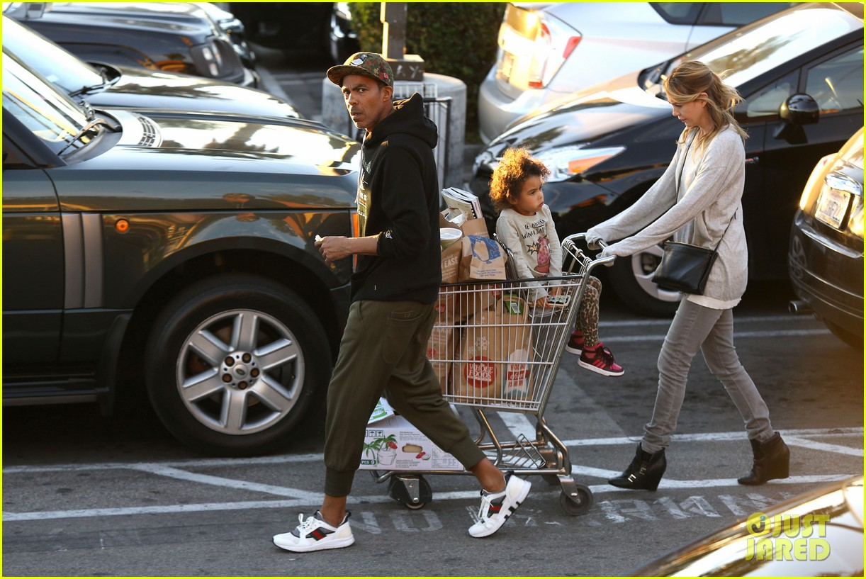 ellen pompeo spills her coconuts in whole foods lot 07