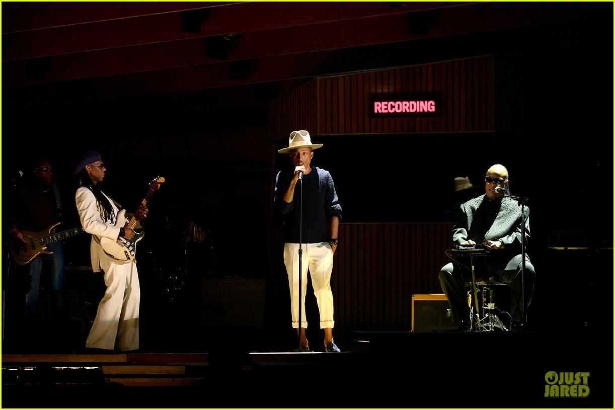 daft punk pharrell williams perform get lucky at grammys 2014 video 013041466