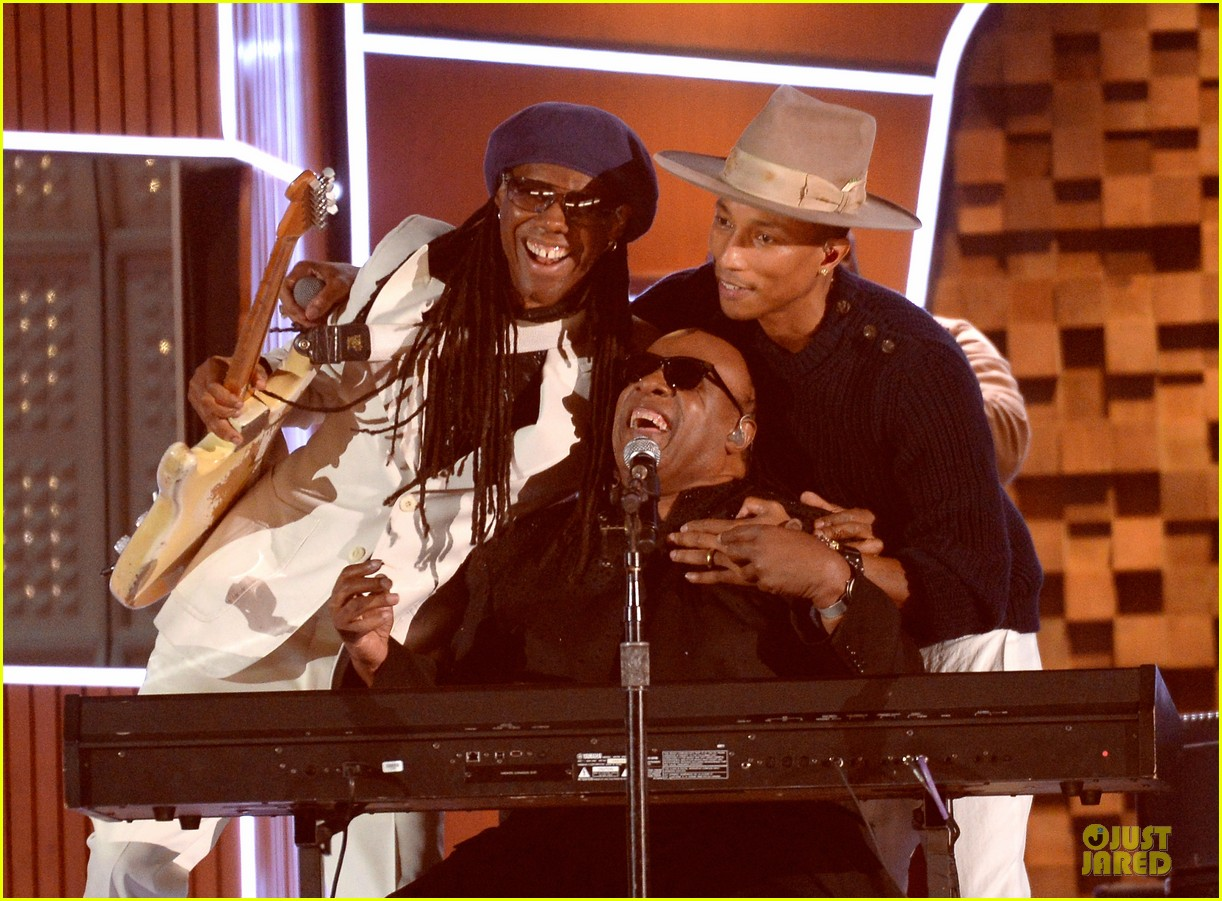 daft punk pharrell williams perform get lucky at grammys 2014 video 02