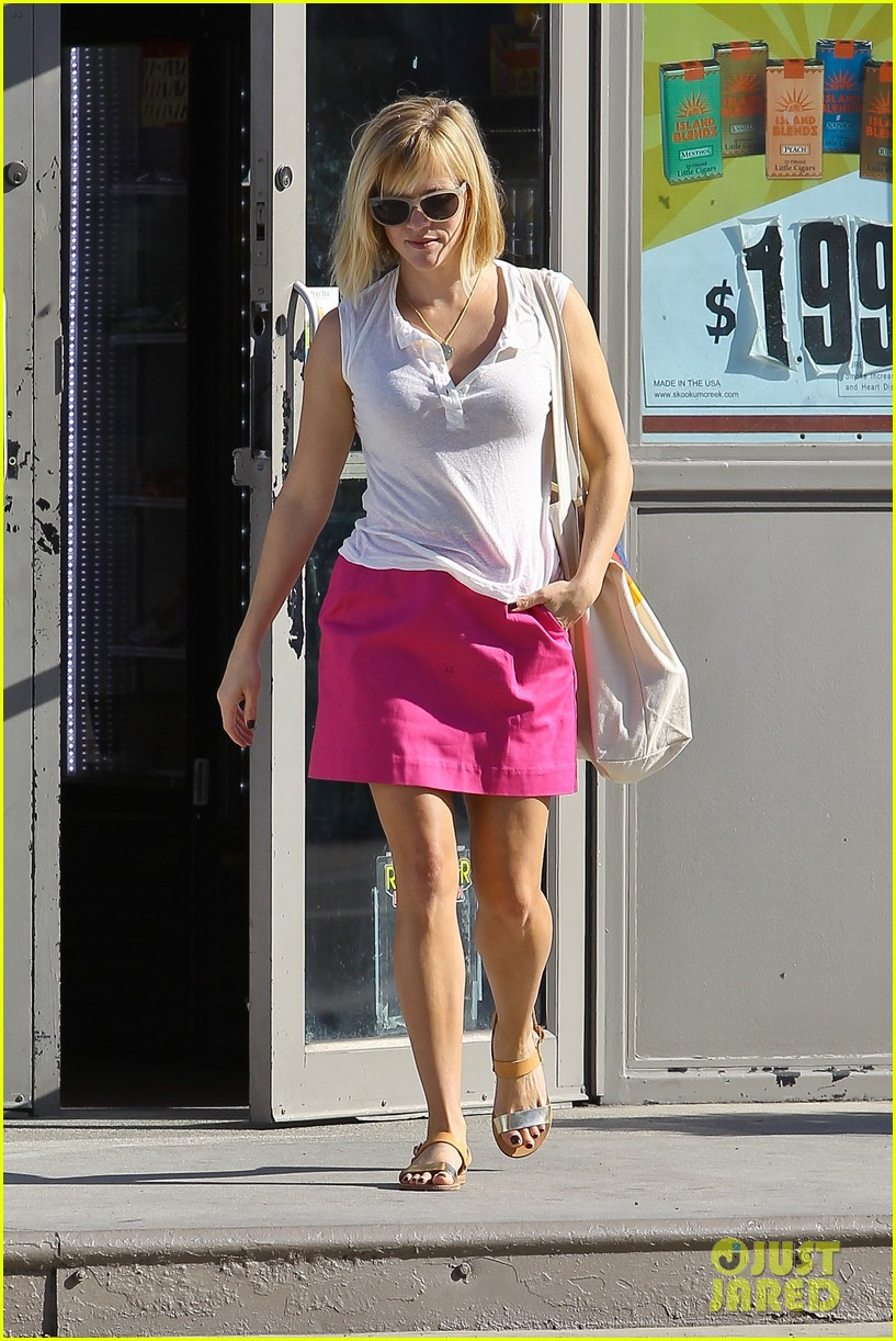 reese witherspoon busy saturday with son deacon 023035531