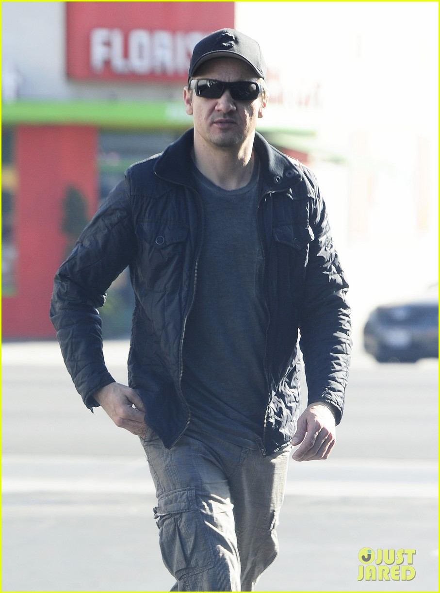 jeremy renner stays incognito in sunglasses for solo lunch 023044285