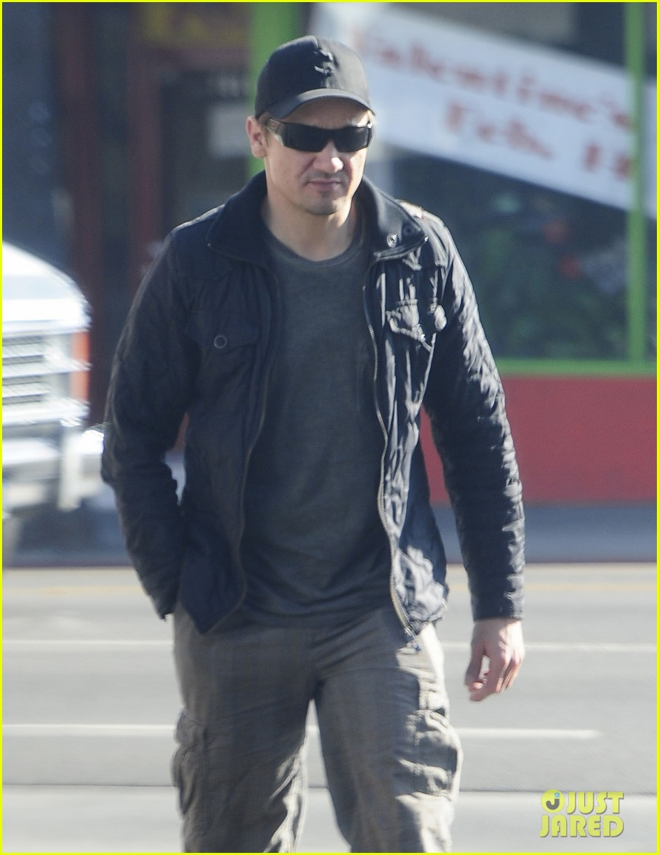 jeremy renner stays incognito in sunglasses for solo lunch 043044287