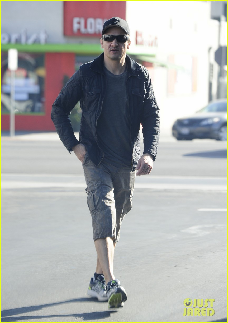 jeremy renner stays incognito in sunglasses for solo lunch 05