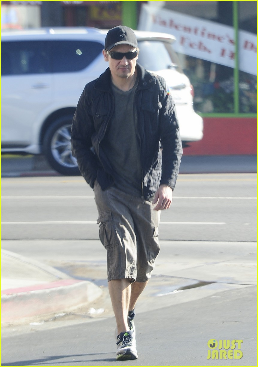 jeremy renner stays incognito in sunglasses for solo lunch 063044289