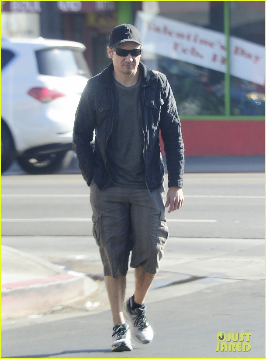 jeremy renner stays incognito in sunglasses for solo lunch 073044290