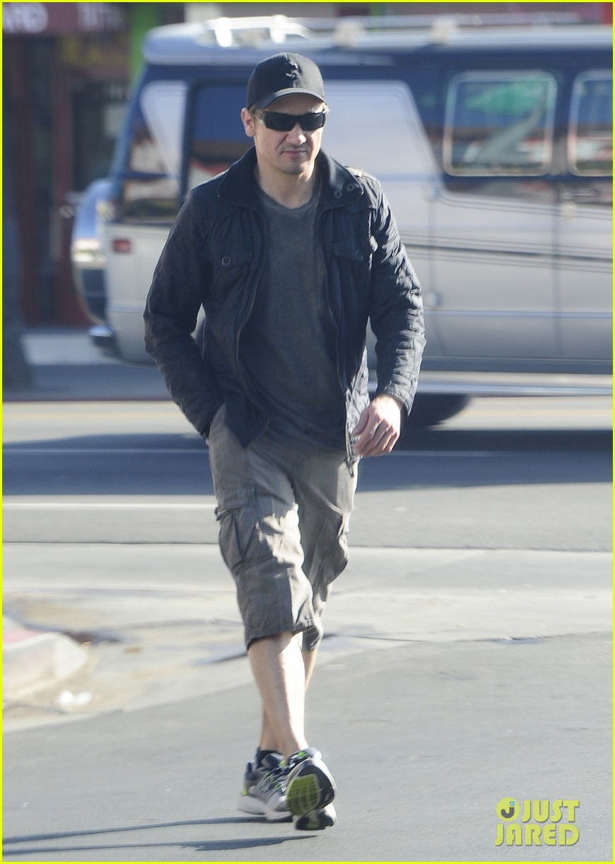 jeremy renner stays incognito in sunglasses for solo lunch 083044291