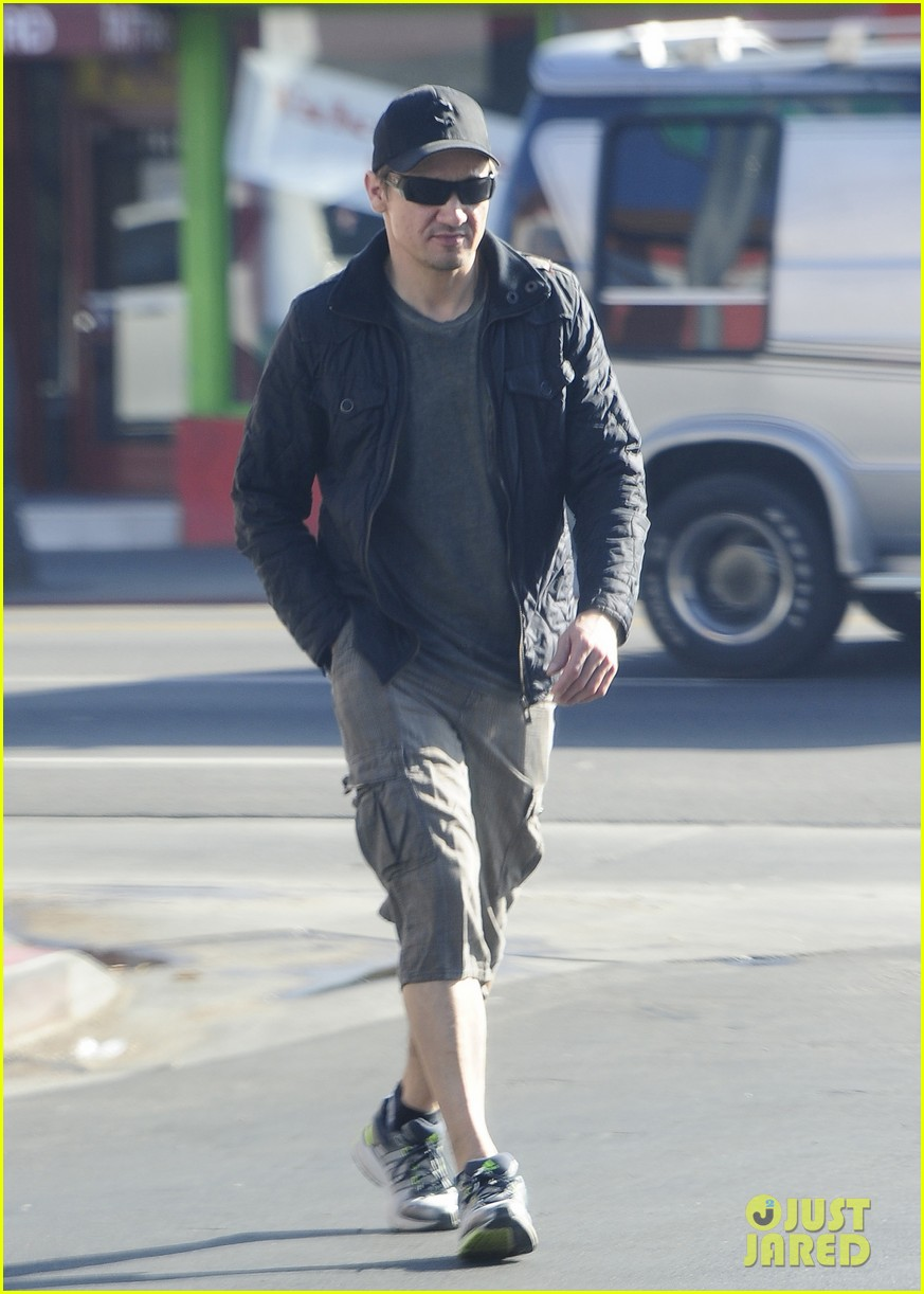jeremy renner stays incognito in sunglasses for solo lunch 093044292