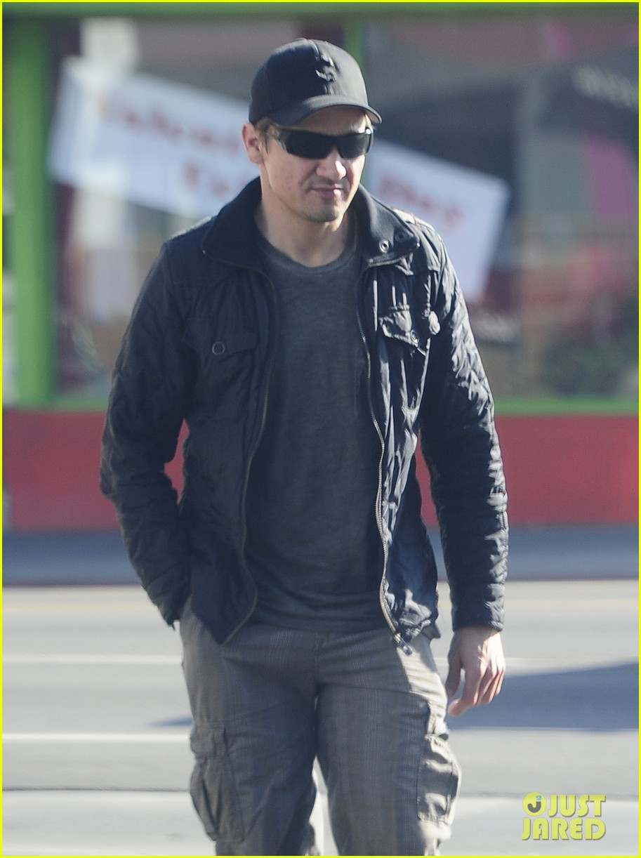 jeremy renner stays incognito in sunglasses for solo lunch 103044293