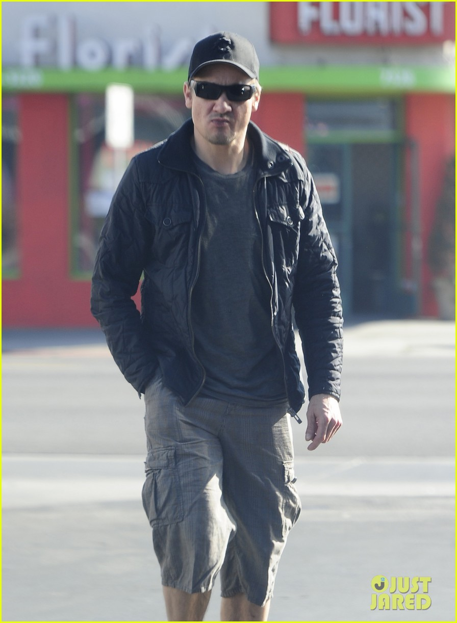 jeremy renner stays incognito in sunglasses for solo lunch 133044296